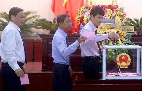 Các đại biểu HĐND TP Đà Nẵng khoá IX bỏ phiếu các chức danh lãnh đạo thành phố chiều 9/7. Ảnh: N.T.
