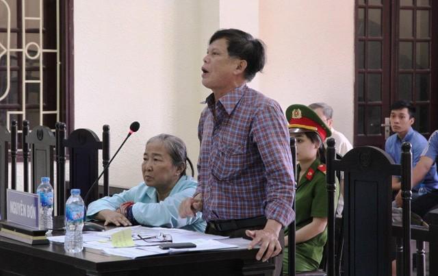 Vợ chồng ông Phan Chí Lộc tại tòa với tư cách nguyên đơn