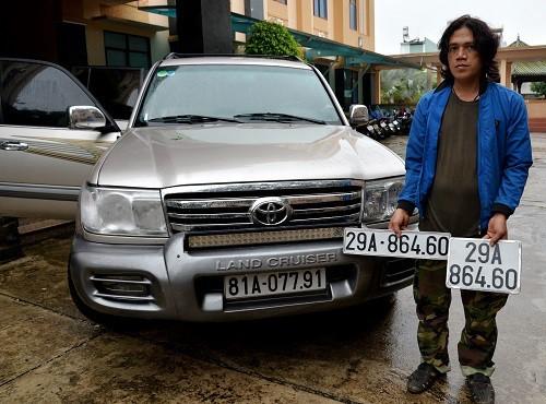 Gia Lai: Phát hiện 2 thanh niên dùng ô tô biển số giả chở hàng vạn bao thuốc lá lậu - ảnh 1