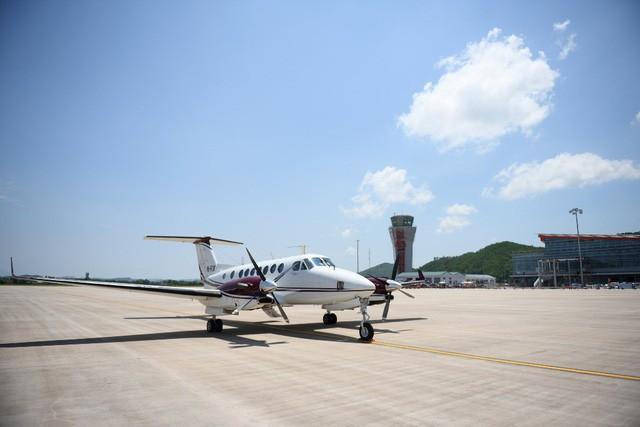 Chuyến bay hiệu chuẩn đầu tiên hạ cánh xuống Cảng hàng không quốc tế Vân Đồn - Ảnh: S.G