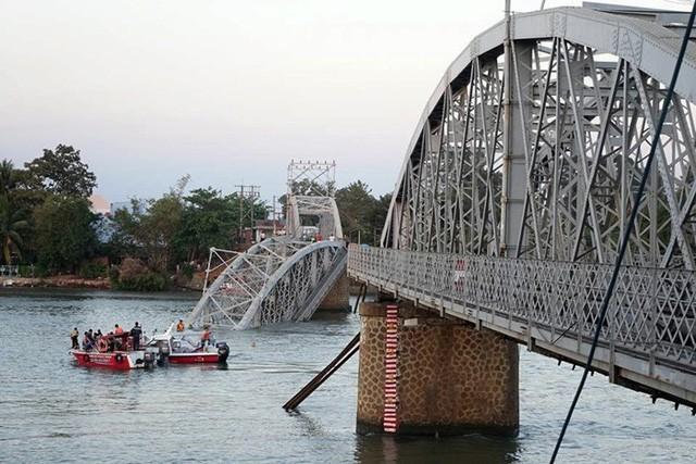 Vụ tai nạn khiến cầu Ghềnh bị sập hoàn toàn.