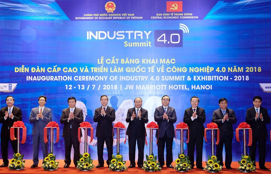 Thủ tướng Nguyễn Xuân Phúc cùng các đại biểu cắt băng khai mạc sự kiện. Ảnh: VGP