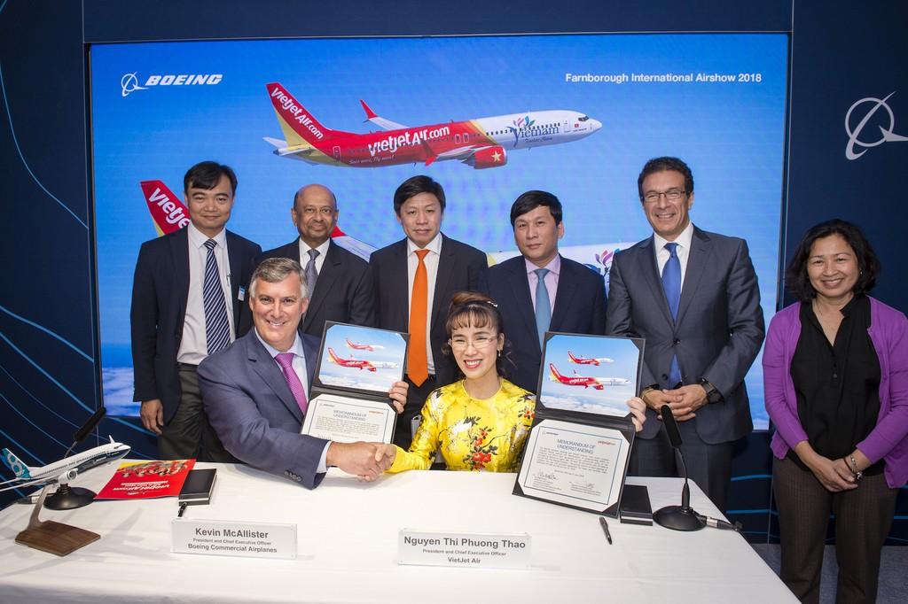 Bà Nguyễn Thị Phương Thảo, Tổng giám đốc Vietjet và ông Kevin McAllister, Chủ tịch kiêm Tổng giám đốc Tập đoàn Boeing ký kết Hợp đồng đặt mua 100 máy bay với sự chứng kiến của lãnh đạo hai bên