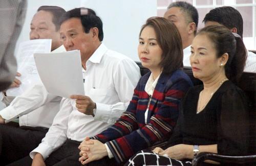 2 cựu lãnh đạo TP Vũng Tàu và hai mẹ con bà Phượng (phải) tại tòa.