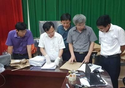 Ông Mai Văn Trinh cùng các thành viên tổ công tác kiểm tra, xác minh túi đựng bài thi - Ảnh: GD&TĐ