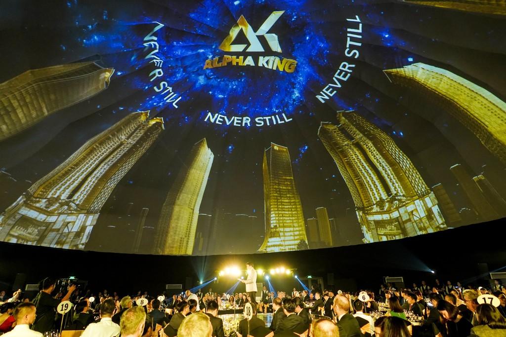 Ông Jimmy Chan, CEO của Alpha King chia sẻ cùng quan khách về tầm nhìn của Alpha King trong việc làm thay đổi cảnh quan đường chân trời thành phố