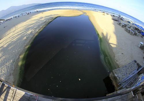 Cửa xả Mỹ An (quận Ngũ Hành Sơn) thường xuyên xảy ra tình trạng nước thải tràn ra biển.