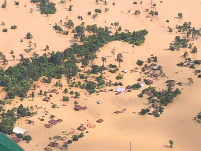 Vỡ đập thủy điện khiến hàng nghìn ngôi nhà ở Lào chìm trong biển nước.