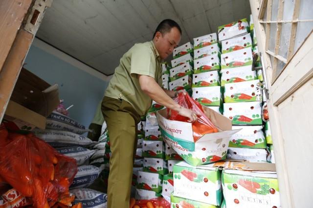 Lực lượng chức năng đang kiếm tra số nông sản gắn nhãn mác Trung Quốc