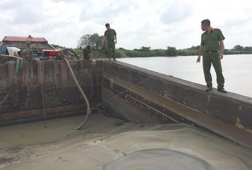 Cảnh sát khám nghiệm thuyền chứa cát của nhóm hút cát trái phép.