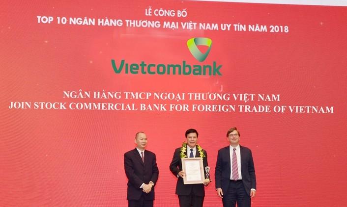 Ông Phạm Mạnh Thắng – Phó Tổng Giám đốc Vietcombank (giữa) nhận giải thưởng đơn vị dẫn đầu Top 10 ngân hàng thương mại Việt Nam uy tín năm 2018