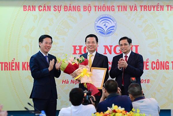 Trao Quyết định về việc phân công công tác cho đồng chí Nguyễn Mạnh Hùng
