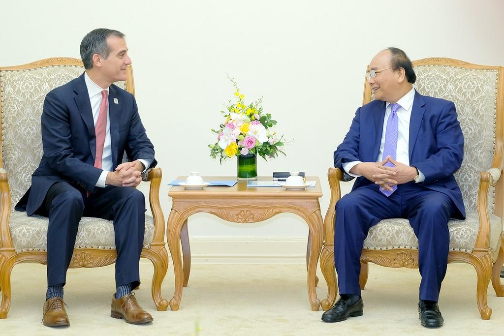 Thủ tướng Nguyễn Xuân Phúc đánh giá cao chuyến thăm của Thị trưởng thành phố Los Angeles Eric Garcetti. Ảnh: VGP
