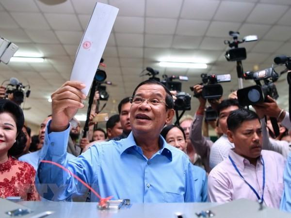 Thủ tướng Campuchia Samdech Techo Hun Sen (giữa) bỏ phiếu tại điểm bầu cử ở Phnom Penh ngày 29/7. Ảnh: AFP/TTXVN