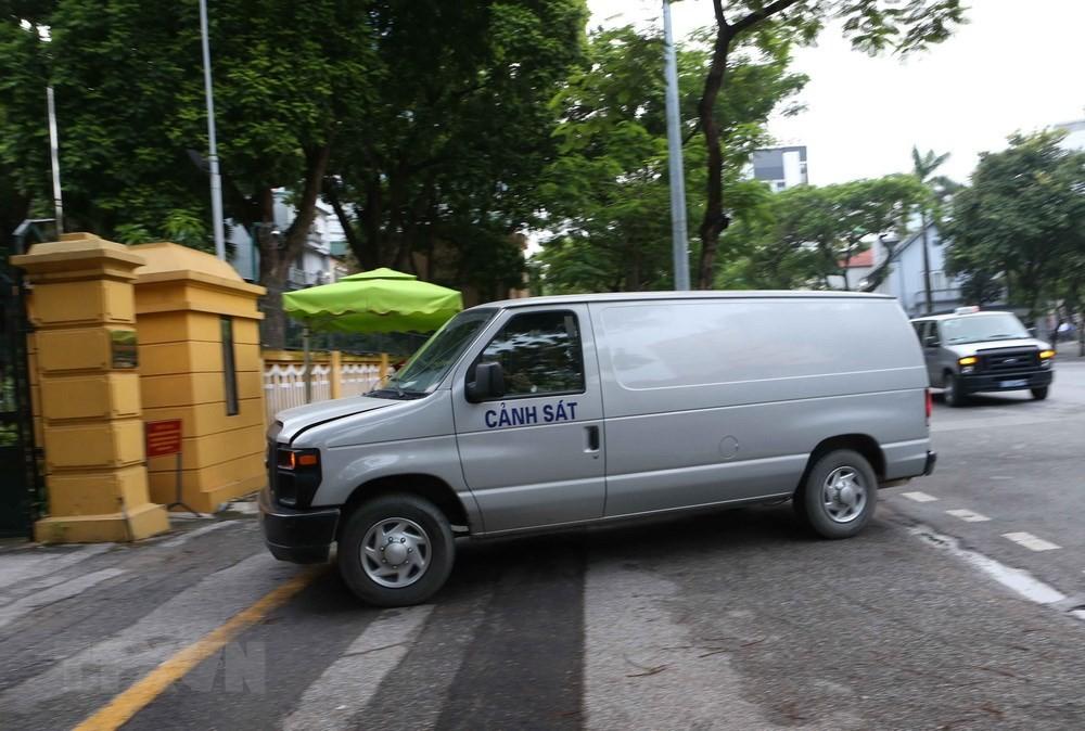 Hình ảnh xe cảnh sát dẫn giải Vũ