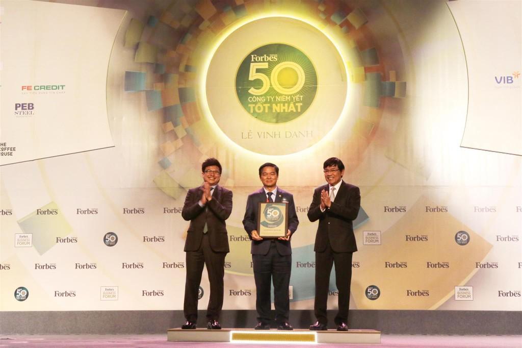 Ông Lê Viết Hải, Chủ tịch Công ty CP Tập đoàn Xây dựng Hoà Bình nhận giải thưởng
