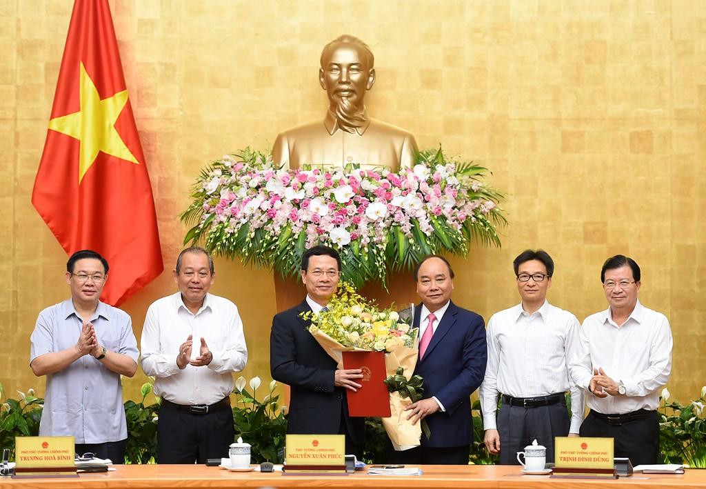 Thủ tướng Nguyễn Xuân Phúc trao Quyết định giao quyền Bộ trưởng Bộ Thông tin và Truyền thông cho đồng chí Nguyễn Mạnh Hùng - Ảnh: VGP