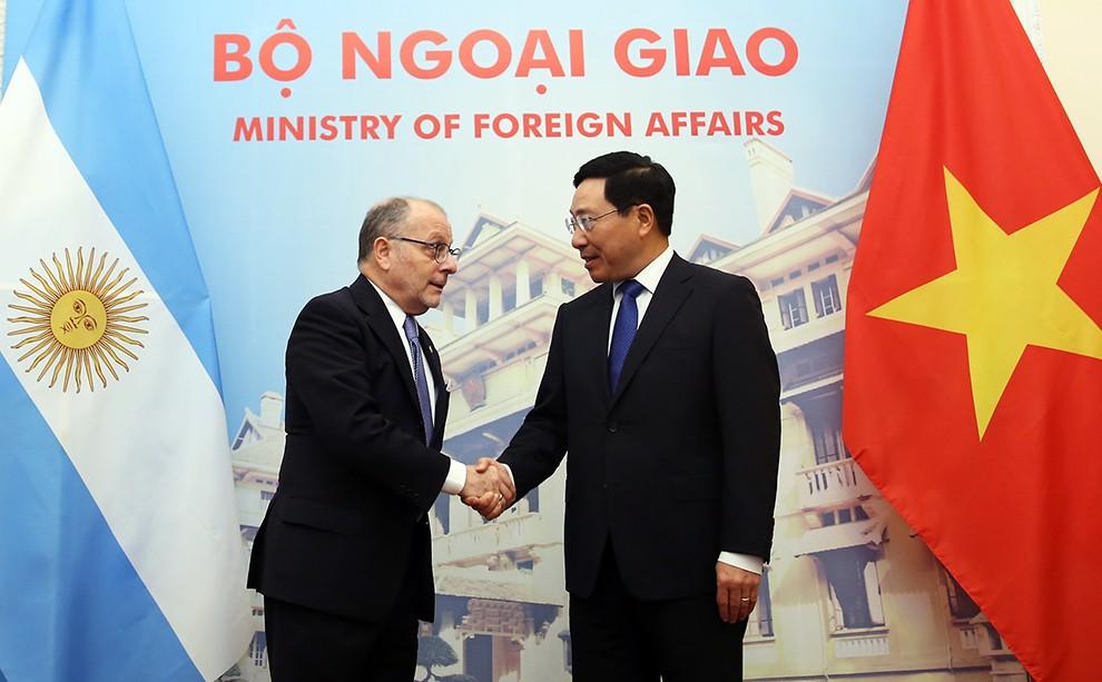 Phó Thủ tướng Phạm Bình Minh hội đàm với Bộ trưởng Ngoại giao và Tôn giáo Cộng hòa Argentina, ông Jorge Faurie. Ảnh: VGP