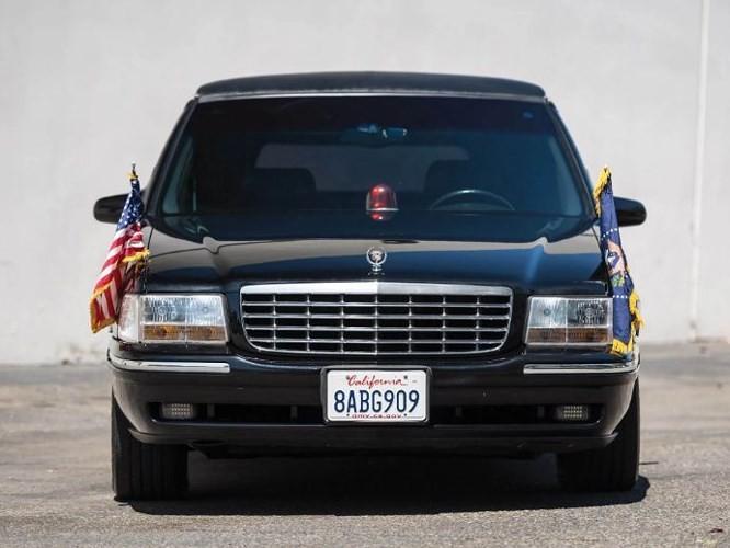 """Đấu giá """"hàng nhái"""" Cadillac One của Tổng thống chỉ từ 232 triệu đồng - ảnh 2"""