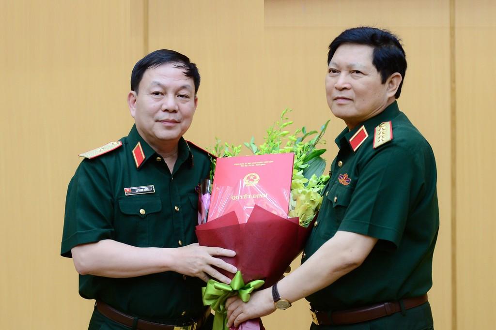 Đại tướng Ngô Xuân Lịch, Bộ trưởng Bộ Quốc phòng trao quyết định giao nhiệm vụ cho Thiếu tướng Lê Đăng Dũng