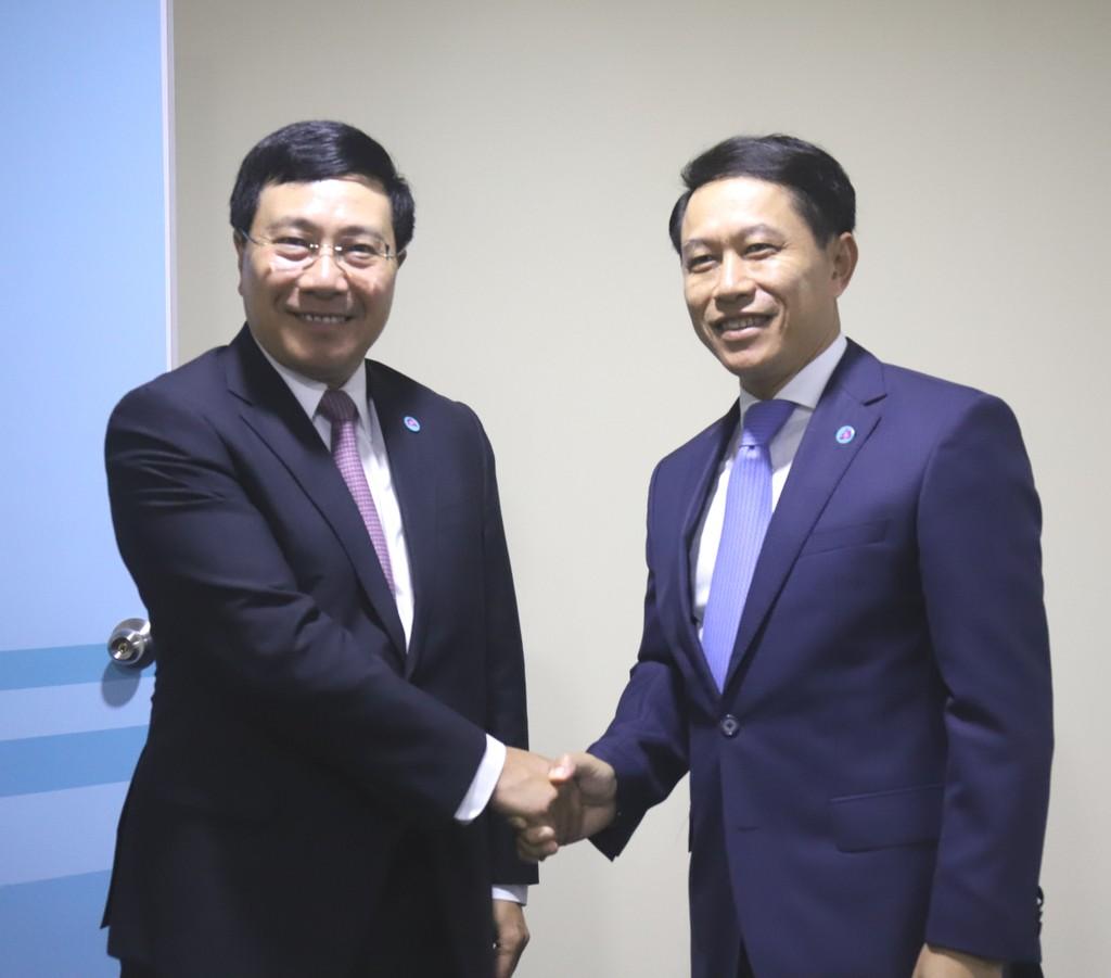 Phó Thủ tướng Phạm Bình Minh gặp Bộ trưởng Ngoại giao Lào Saleumxay Kommasith. Ảnh: BNG