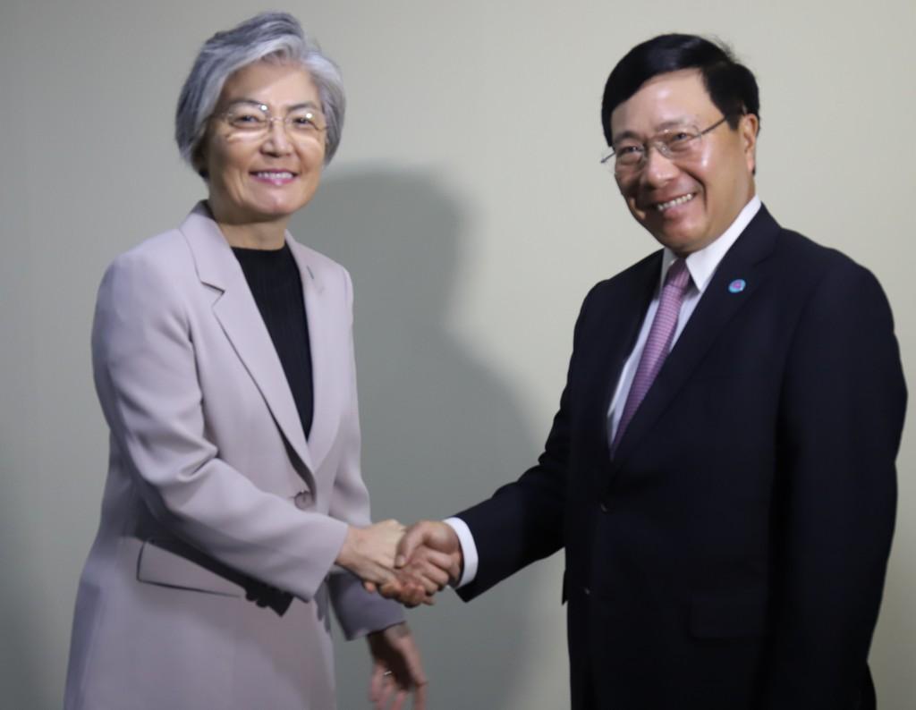Phó Thủ tướng Phạm Bình Minh tiếp xúc song phương bên lề AMM-51 - ảnh 3