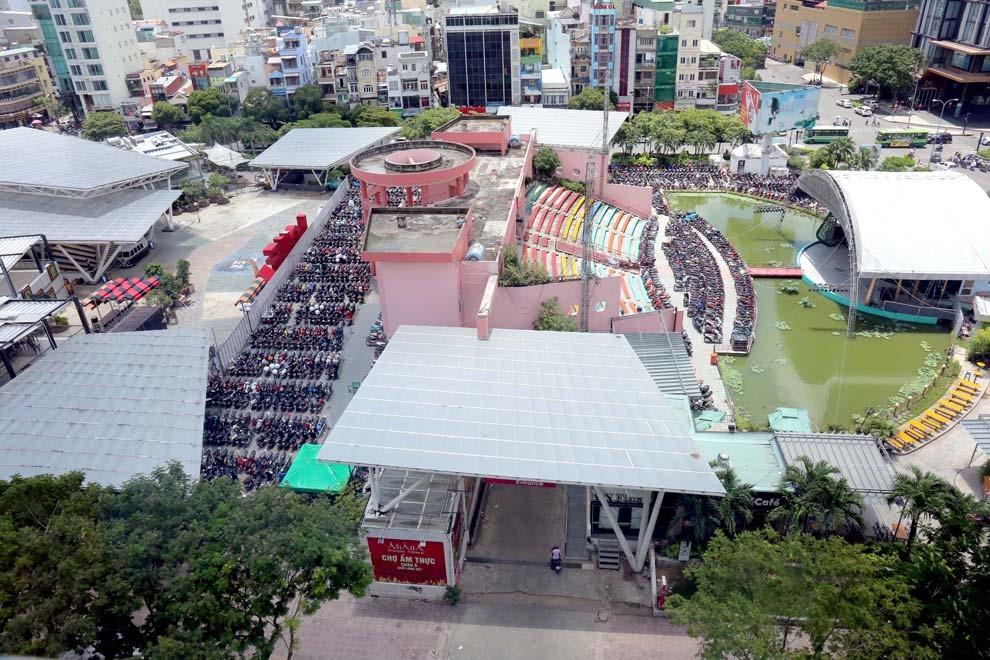 Một phần dự án bỏ hoang trong công viên 23.9 được khai thác thành trung tâm thương mại, bãi xe, sân khấu...