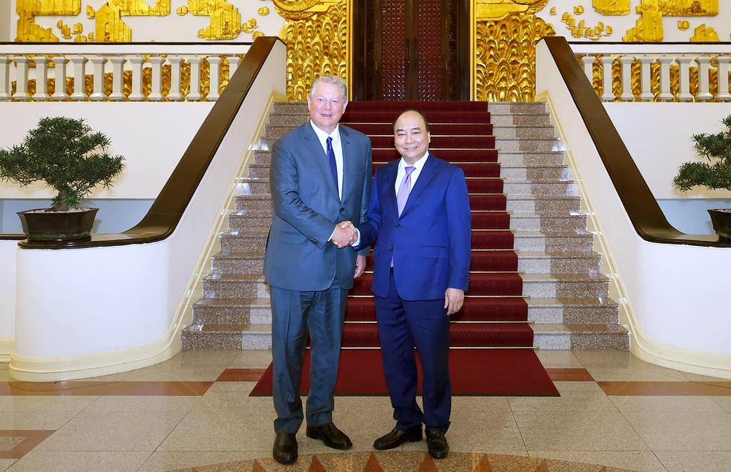 Thủ tướng Nguyễn Xuân Phúc và cựu Phó Tổng thống Hoa Kỳ Al Gore. Ảnh: VGP