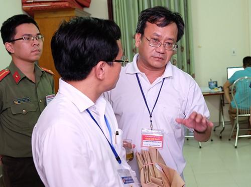 Bên trong phòng chấm thi trắc nghiệm THPT quốc gia của tỉnh Hoà Bình. Ảnh chụp trong buổi kiểm tra công tác chấm thi của Bộ Giáo dục ngày 4/7: