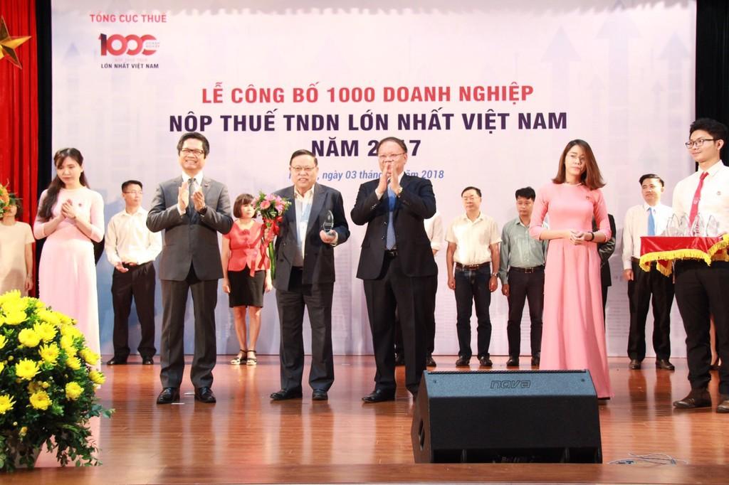 Ông Nguyễn Đức Tâm - Phó TGĐ Vietjet nhận kỷ niệm chương top 100 doanh nghiệp nộp thuế lớn nhất