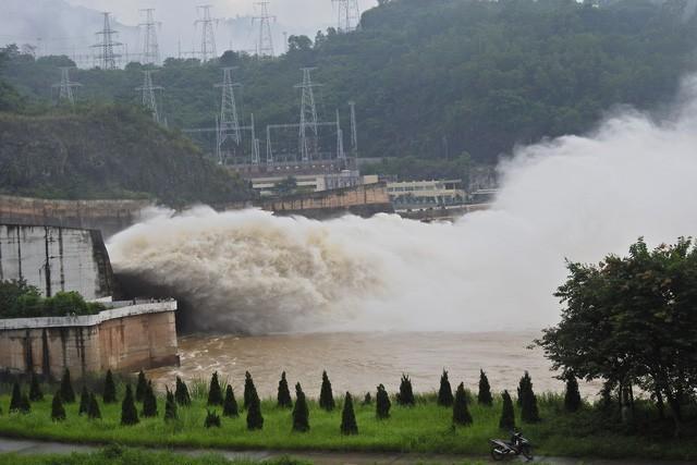 Hồ thủy điện Hòa Bình, Sơn La mở cửa xả lũ trong sáng 5/8.