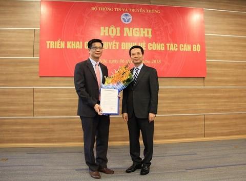 Quyền Bộ trưởng Bộ TT&TT Nguyễn Mạnh Hùng trao quyết định và chúc mừng ông Lê Văn Tuấn. Ảnh Infonet.vn