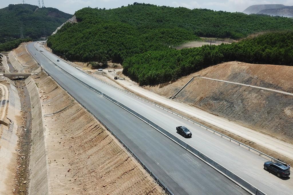Cao tốc Hạ Long - Vân Đồn đang thi công, sau khi hoàn thành sẽ tiếp nối với cao tốc Vân Đồn - Móng Cái tại xã Đoàn Kết, huyện Vân Đồn.