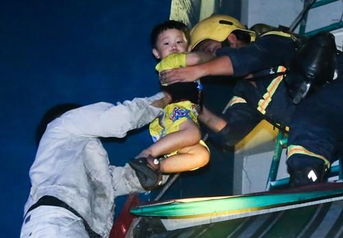 Cư dân Carina được lính cứu hoả giải cứu khỏi vụ cháy.