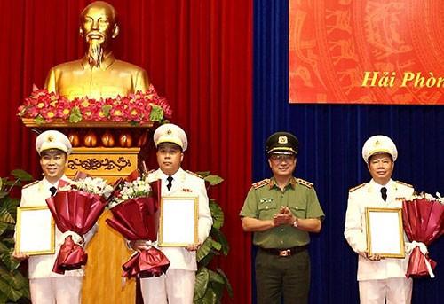 Lãnh đạo Bộ Công an trao quyết định bổ nhiệm các chức danh phó giám đốc Công an tỉnh Hải Phòng với ba cán bộ. Ảnh: VGP