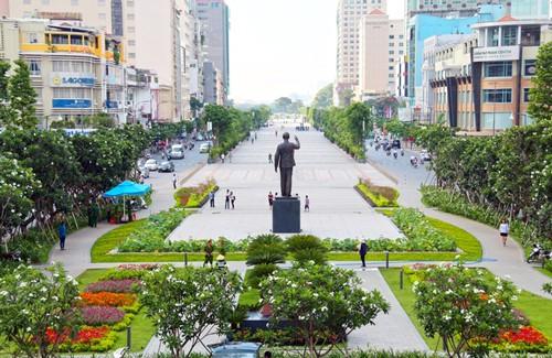 Phố đi bộ Nguyễn Huệ là điểm thu hút rất đông người dân và du khách đến vui chơi vào dịp cuối tuần, lễ, tết.