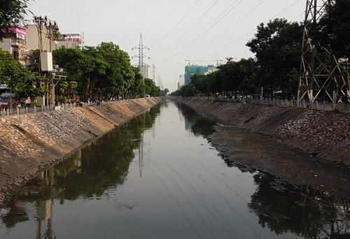 Sông Kim Ngưu đang bị ô nhiễm nặng.