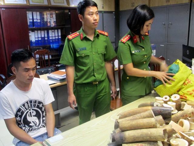 Cảnh sát kiểm đếm số vật phẩm nghi là ngà voi. (Ảnh: CTV)