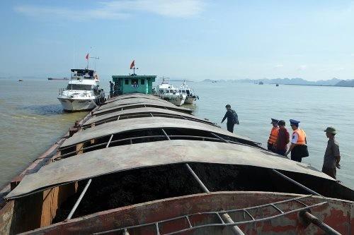 Chiếc tàu chở 500 tấn than cám không có giấy tờ hợp pháp. Ảnh: CSB