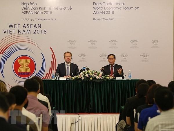Thứ trưởng Thường trực Bộ Ngoại giao Bùi Thanh Sơn, Trưởng Ban Tổ chức WEF ASEAN 2018 và Chủ tịch WEF Borge Brende chủ trì họp báo về WEF ASEAN 2018. Ảnh: TTXVN