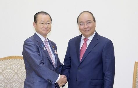 Thủ tướng Nguyễn Xuân Phúc và Chủ tịch Ủy ban Ngân sách của Hạ viện Nhật Bản Kawamura Takeo - Ảnh: VGP