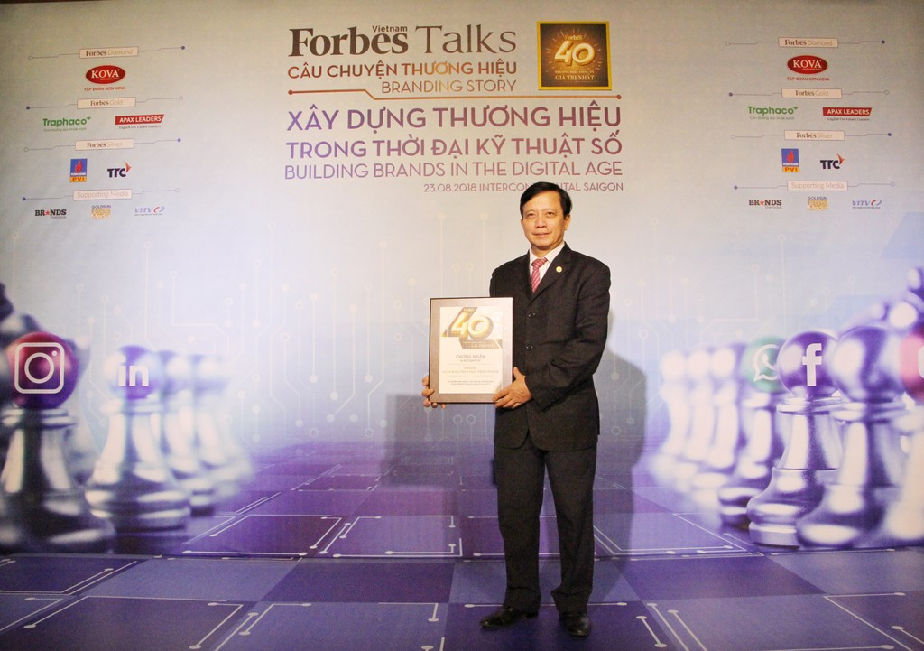 Ông Nguyễn Thành Đô – Phó Chủ tịch , Thành viên HĐQT độc lập đại diện HDBank nhận chứng nhận 40 thương hiệu công ty Việt Nam giá trị nhất 2018