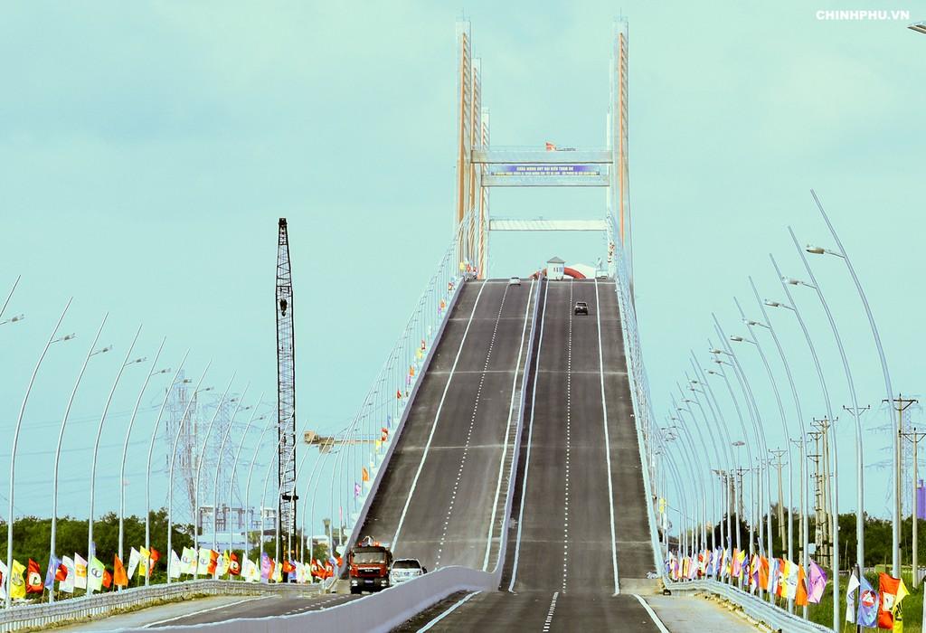 Thủ tướng cắt băng khánh thành cao tốc Hạ Long–Hải Phòng và cầu Bạch Đằng - ảnh 4