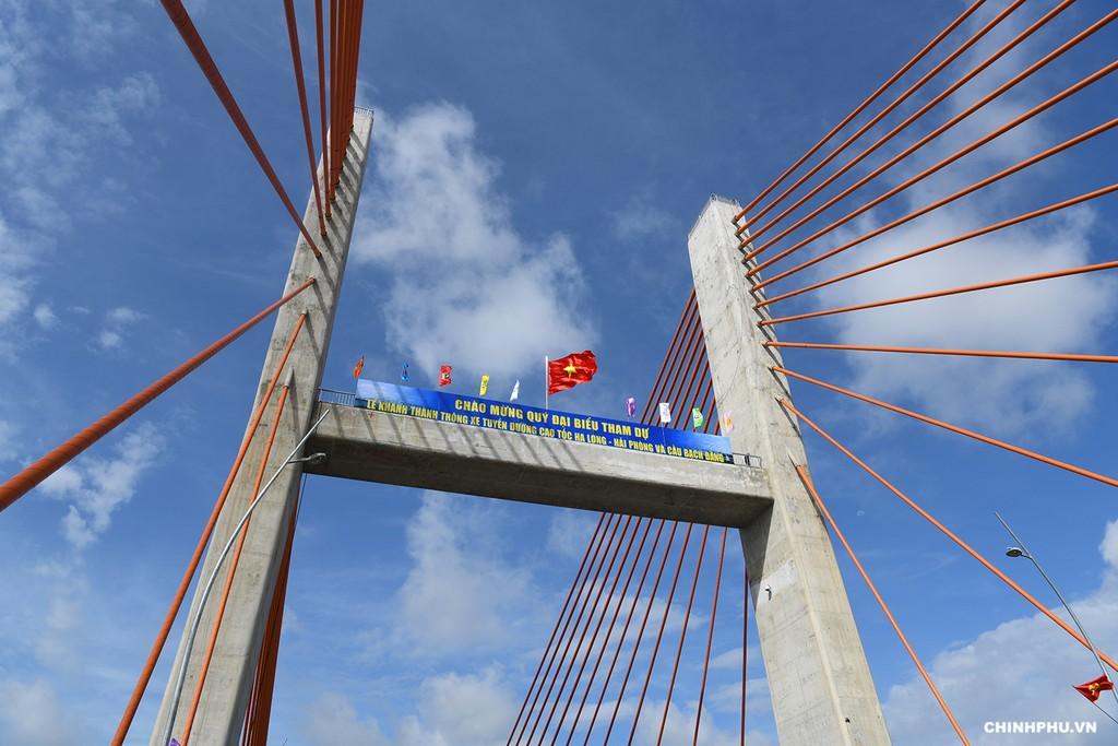 Thủ tướng cắt băng khánh thành cao tốc Hạ Long–Hải Phòng và cầu Bạch Đằng - ảnh 6