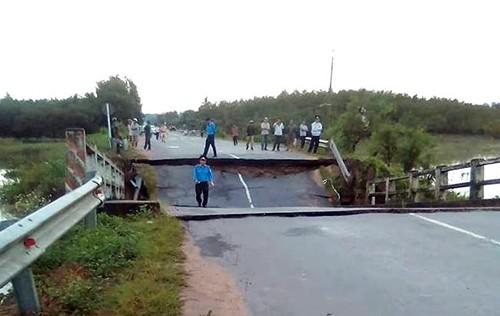 Chiếc cầu sập khiến tỉnh lộ bị chia cắt