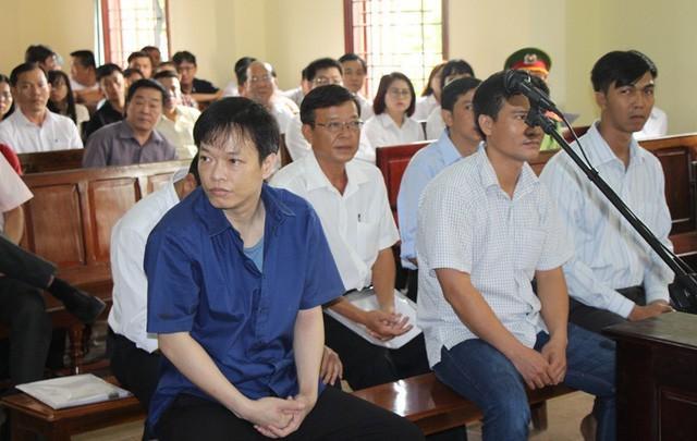 Bị can Nguyễn Huỳnh Đạt Nhân (áo xanh), tại phiên xét xử sơ thẩm hôm 18/4/2018