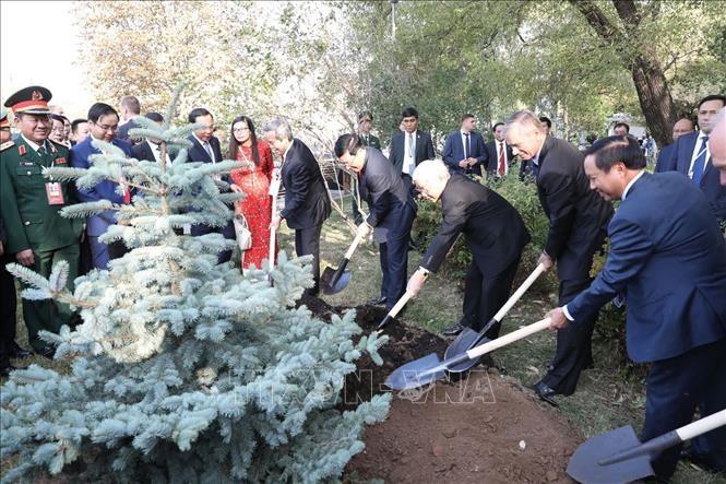 Tổng Bí thư Nguyễn Phú Trọng dâng hoa tại tượng đài Bác Hồ ở Moscow - ảnh 1