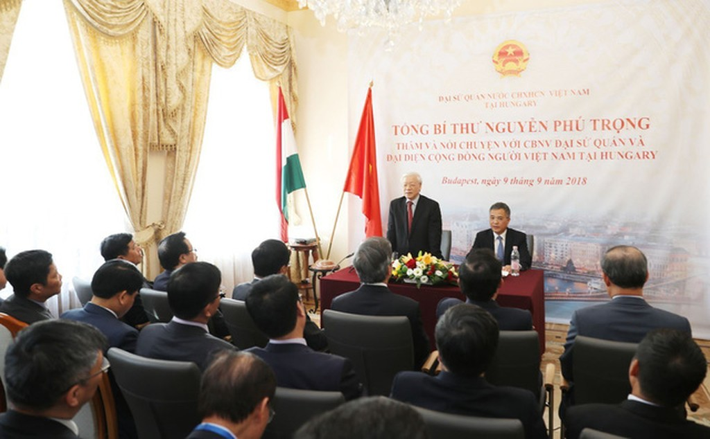 Tổng Bí thư Nguyễn Phú Trọng nói chuyện với cán bộ, nhân viên Đại sứ quán và đại diện cộng đồng.