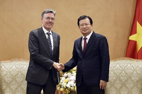 Phó Thủ tướng Trịnh Đình Dũng và ông Joachim von Amsberg, Phó Chủ tịch Ngân hàng Đầu tư Cơ sở Hạ tầng châu Á (AIIB) - Ảnh: VGP