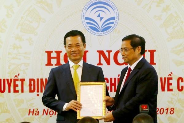 Ông Nguyễn Mạnh Hùng (trái) hiện là quyền Bộ trưởng Bộ Thông tin - Truyền thông nhận quyết định phân công làm Bí thư Ban cán sự Đảng Bộ này từ Trưởng Ban tổ chức Trung ương